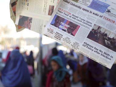 Sebuah surat kabar lokal menampilkan halaman depan pemilihan presiden AS antara Presiden Donald Trump dan penantangnya dari partai Demokrat, Joe Biden di sebuah toko di Kabul, Afghanistan pada Kamis (5/11/2020).  (AP Photo/Rahmat Gul)