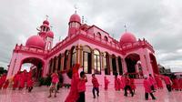 Selain pemilihan warna yang tak biasa, mayoritas pekerja yang membangun masjid ini adalah orang Kristen