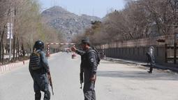 Polisi berpatroli di jalan-jalan setelah serangan bunuh diri di depan Universitas Kabul, Afghanistan, (21/3). Pejabat Afghanistan melaporkan ledakan tersebut di saat warga merayakan Tahun Baru Persia. (AP Photo/Rahmat Gul)