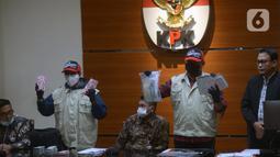 Petugas KPK menunjukkan hasil OTT terhadap Bupati Kutai Timur Ismunandar di Gedung KPK, Jakarta, Jumat (3/7/2020). KPK menyita barang bukti uang tunai Rp 170 juta, buku tabungan dengan saldo Rp 4,8 miliar, dan sertifikat deposito Rp 1,2 miliar. (merdeka.com/Imam Buhori)