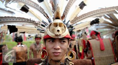 Seorang warga suku Dayak menggunakan baju adat siap ikuti Karnaval Katulistiwa di Pontianak, Kalimantan Barat (22/8/2015). Kegiatan ini dalam rangka memperingati Hari Ulang Tahun (HUT) ke-70 Kemerdekaan Republik Indonesia. (Liputan6.com/Faizal Fanani)