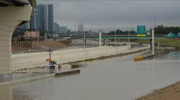 Jalan bebas hambatan ditutup akibat terendam banjir yang disebabkan badai tropis Beta di Houston, Texas, Amerika Serikat (AS), 22 September 2020. Badai tropis Beta yang membawa guyuran hujan ke Texas menyebabkan sejumlah titik di wilayah tersebut tergenang banjir. (Xinhua/Chengyue Lao)