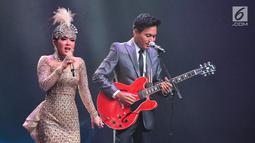 Penyanyi Syahrini berduet dengan musisi Rendy Pandugo saat konser Journey of Syahrini di Ciputra Artpreneur, Jakarta, Kamis (20/9). Konser dengan tiket termahal seharga Rp 25 juta dengan jumlah 23 kursi habis terjual. (Liputan6.com/Faizal Fanani)