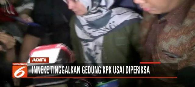 Setelah terkena operasi tangkap tangan KPK dan diperiksa, artis Inneke Koesherawati keluar gedung KPK tanpa ditahan.