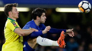 Pemain Norwich City, Christoph Zimmermann berebut bola dengan pemain Chelsea, Alvaro Morata pada partai ulangan babak ketiga Piala FA di Stadion Stamford Bridge, Rabu (17/1). Chelsea menang lewat adu penalti dengan skor 5-3. (AP/Alastair Grant)