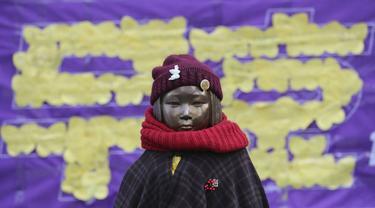 Sebuah patung yang mewakili budak seks terlihat di dekat Kedutaan Besar Jepang di Seoul, Korea Selatan. (AP/Lee Jin-man)