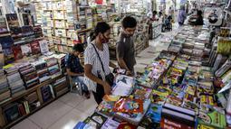 Pengunjung melihat-lihat koleksi buku di Blok M Square, Jakarta, Jumat (17/7/2020). Pedagang mengaku pandemi COVID-19 berpengaruh pada penjualan buku tahun ajaran baru 2020 yang mengalami penurunan hingga 50 persen. (Liputan6.com/Faizal Fanani)