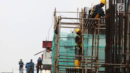 Pekerja menyelesaikan proyek pembangunan gedung dan jalan di Jakarta, Sabtu (10/11). Tenaga kerja peraih sertifikat Kementerian PUPR meliputi tukang, mandor, drafter, surveyor, operator pelaksana dan pengawas. (Merdeka.com/Imam Buhori)
