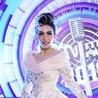 Dengan mengenakan gaun berwarna pastel dengan padanan gaya rambut yang dinamakan Rambut Wanita Manja. (Nurwahyunan/Bintang.com)