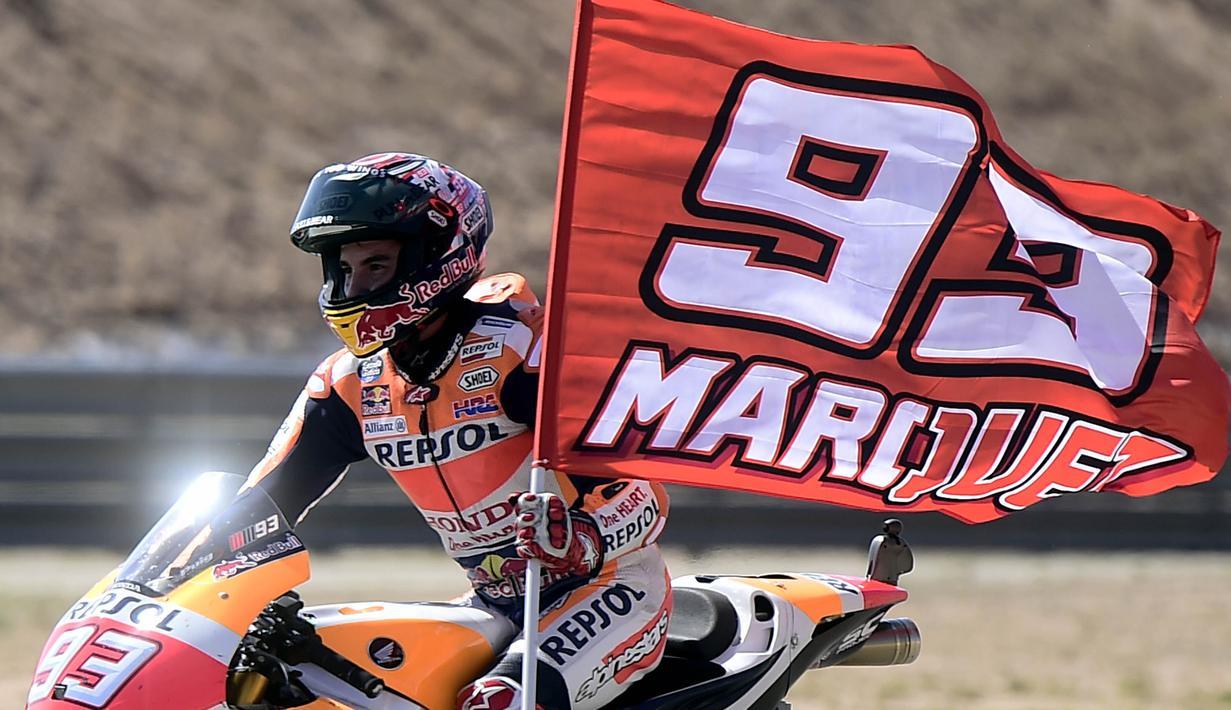 Pebalap Repsol Honda, Marc Marquez, merayakan kemenangan pada GP Aragon di Sirkuit Motorland, Alcaniz, Minggu (24/9/2017). Marquez berhasil finis tercepat dengan waktu 42 menit 6,819 detik. (AFP/Jose Jordan)