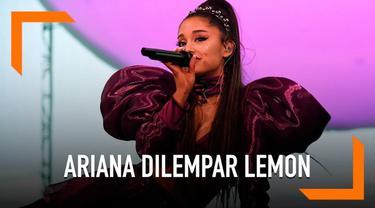 Kejadian tak mengenakkan terjadi saat Ariana Grande tengah manggung di Coachella, California. Ia dilempari sebuah lemon oleh seorang penonton.
