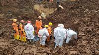 Tim SAR gabungan mengevakuasi korban longsor di Desa Cihanjuang, Kecamatan Cimanggung, Kabupaten Sumedang, kembali membuahkan hasil, Minggu (17/1/2021). (Foto: Dok. Basarnas)