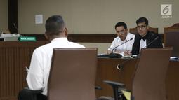 Terdakwa dugaan suap pengadaan satelit monitoring Bakamla, Fayakhun Andriadi (tengah) saat sidang lanjutan di Pengadilan Tipikor, Jakarta, Rabu (10/10). Agenda sidang mendengar keterangan saksi ahli kuasa hukum terdakwa. (Liputan6.com/Herman Zakharia)