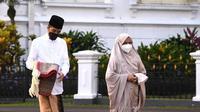 Presiden Joko Widodo atau Jokowi melaksanakan Salat Idul Fitri bersama Ibu Negara Iriana Joko Widodo di halaman Gedung Induk Istana Kepresidenan Bogor, Jawa Barat, pada Kamis (13/5/2021). (Foto: Dokumentasi Setpres).