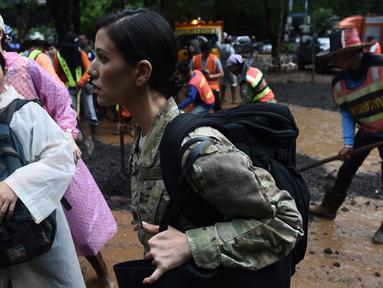 Personel militer AS tiba di Taman Hutan Non Khun Nam Nang dekat gua Than Luang di provinsi Chiang Rai, Thailand (28/6). Kunjungan militer AS untuk membantu operasi penyelamatan tim sepak bola remaja dan pelatih yang hilang. (AFP Photo/Lillian Suwanrumpha)