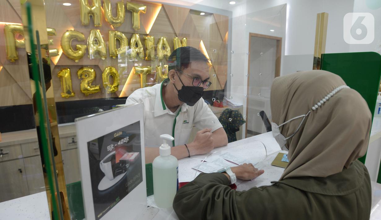 Petugas melayani konsumen di kantor pusat Pegadaian, Jakarta, Selasa (20/4/2021). PT Pegadaian (Persero) terus berupaya memberikan pelayanan kepada masyarakat Indonesia. (merdeka.com/Imam Buhori)