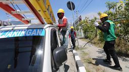 Petugas PLN memperbaiki jaringan listrik di Palu, Sulawesi Tengah, Sabtu (6/10). PT Perusahaan Listrik Negara mengerahkan lebih dari 300 orang tim gabungan yang berasal dari berbagai daerah. Liputan6.com/Fery Pradolo)