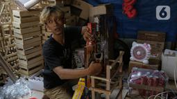 Penjual membuat parcel untuk dikirim ke konsumen di Kawasan CIkini, Jakarta, Selasa (27/4/2021). Permintaan parcel menjelang Idul Fitri 1442 Hijriah mulai meningkat dengan harga bervariasi Rp300 ribu hingga Rp 3 juta per unit tergantung isi parcel, ukuran, dan model. (Liputan6.com/Faizal Fanani)