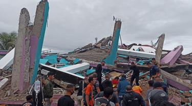Regu Penyelamat di Mamuju, Sulawesi Barat berjibaku dengan waktu untuk menyelamatkan korban reruntuhan RS Mitra Manakarra yang ambruk akibat gempa di Sulbar. (Foto: Liputan6.com/Abdul Rajab Umar)