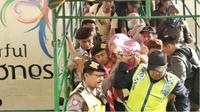Seorang pemudik Kapal Labobar dievakuasi karena mengalami kontraksi. (Suarasurabaya.net/Istimewa)