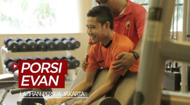 Berita video latihan kebugaran Persija Jakarta, di mana gelandang anyar Macan Kemayoran, Evan Dimas, mendapat porsi latihan yang berbeda. Kenapa?