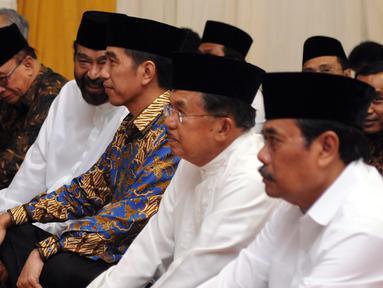 Presiden RI Joko Widodo (ketiga kiri) bersama Ketua Umum DPP Partai Nasdem, Surya Paloh jelang buka puasa bersama Partai Nasdem di Jakarta, Selasa (7/6/2016). Acara juga dihadiri sejumlah menteri kabinet kerja. (Liputan6.com/Helmi Fithriansyah)