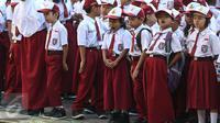 Seorang siswi menguap ketika upacara pada hari pertama sekolah di SDN Pasar Baru 05, Jakarta, Senin (18/7). Usai libur Idul Fitri, para siswa kembali beraktivitas mengikuti pelajaran di sekolah untuk tahun ajaran 2015-2016. (Liputan6.com/Faizal Fanani)