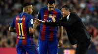 Pelatih Barcelona, Luis Enrique, memberi instruksi kepada Neymar dan Sergio Busquets saat melawan Malaga dalam lanjutan La Liga di Camp Nou, Barcelona, Sabtu (19/11/2016). (AFP/Lluis Gene)