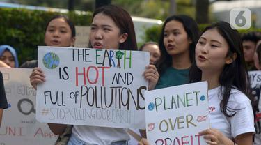 Aktivis lingkungan hidup dari berbagai LSM berorasi saat berjalan kaki menuju Taman Aspirasi di Istana Merdeka, Jakarta, Jumat (29/11/2019). Aktivis meminta pemerintah segera mendeklarasikan perubahan iklim yang semakin kritis. (merdeka.com/Imam Buhori)