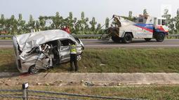 Mobil derek menarik mobil Grand max yang mengalami kecelakaan diKM 152Tol Cipali, Jawa Barat, Minggu (10/6). Pada kecelakaan tunggal, 8 penumpang menderita luka-luka.  (Liputan6.com/Arya Manggala)