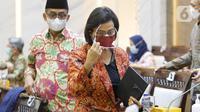 Menteri Keuangan Sri Mulyani Indrawati (kanan) bersiap mengikuti rapat kerja bersama Komisi XI DPR di Kompleks Parlemen, Senayan, Jakarta, Kamis (10/6/2021). Rapat tersebut membahas pagu indikatif Kementerian Keuangan dalam RAPBN 2022. (Liputan6.com/Angga Yuniar)