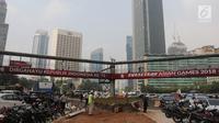 Jembatan penyeberangan orang (JPO) terlihat menghalangi pemadangan Patung Selamat Datang di tengah Bundaran HI.Jakarta, Selasa (24/7). JPO tersebut akan dibongkar untuk mempercantik pemandangan saat Asian Games. (Liputan6.com/Arya Manggala)