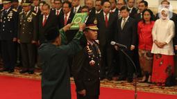 Komjen Pol Idham Azis diambil sumpahnya saat upacara pelantikannya sebagai Kapolri di Istana Negara, Jakarta, Jumat (1/11/2019). Idham Azis dilantik menjadi Kapolri menggantikan Tito Karnavian yang diangkat menjadi Mendagri. (Liputan6.com/Angga Yuniar)