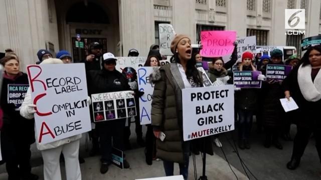 Polisi memerika studio R. Kelly ketika warga berunjuk rasa di depan studio. Mereka meminta R.Kelly dieluarkan dari label rekamannya karena kasus tuduhan pelecehan seksual