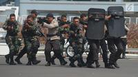 Tim gabungan dari TNI dan Polri melakukan latihan pengamanan Asian Games 2018 di lapangan Istora Senayan, Jakarta, Rabu (18/7). Latihan terkait pengawalan tamu VVIP Asian Para Games 2018 dan mengatasi gangguan yang terjadi. (Merdeka.comImam Buhori)