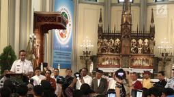 Gubernur DKI Jakarta Anies Baswedan memberikan sambutan menjelang misa malam Natal di Gereja Katedral, Jakarta, Senin (24/12). Dalam sambutannya Anies menyampaikan pesan tentang hidup yang mencerminkan spirit kesederhanaan. (Liputan6.com/Herman Zakharia)