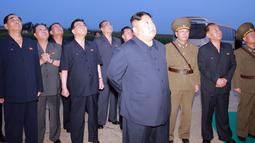 Pemimpin Korut Kim Jong-Un mengamati tembakan demonstrasi dua rudal taktis tipe terbaru di lokasi bagian barat yang dirahasiakan (7/8/2019). Peluncuran rudal Korut bersenjata nuklir dilakukan setelah militer Korsel dan AS memulai simulasi latihan perang bersama. (KCNA VIA KNS/AFP)