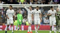 Para pemain Real Madrid merayakan gol ke gawang Legia Warsawa pada laga Grup F Liga Champions di Santiago Bernabeu, Madrid, Selasa (18/10/2016) waktu setempat. (AFP/Javier Soriano)