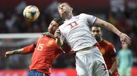 Bek Spanyol, Sergio Ramos, duel udara dengan striker Kepulauan Faroe, Klaemint Olsen, pada laga Kualifikasi Piala Eropa 2020 di Stadion El Molinon, Gijon, Minggu (8/9). Spanyol menang 4-0 atas Kepulauan Faroe. (AFP/Miguel Riopa)
