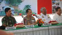 Kapolri Jenderal Tito Karnavian dan Panglima TNI Marsekal Hadi Tjahjanto Saat Berkunjung ke Konawe Utara, Sulawesi Tenggara, Sabtu (22/6/2019). (Foto: Istimewa)
