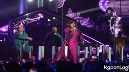 Agnes selalalu tampil energic dan kompak bersama para dancer. (Kapanlagi.com/Bayu Herdianto)