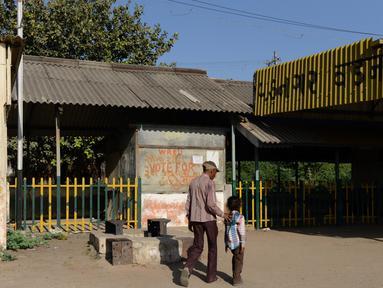Foto pada 20 Maret 2014 menunjukkan pejalan kaki melintas di depan bekas kedai teh milik ayah PM India, Narendra Modi di stasiun kereta Vadnagar. Kedai teh itu akan dijadikan objek wisata untuk memperlihatkan perjuangan masa kecil Modi. (SAM PANTHAKY/AFP)
