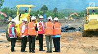 Presiden Joko Widodo memantau pembangunan jalan tol Padang-Pekanbaru di Jalan Padang Bypass Km. 25, Kota Padang, Sumatra Barat, Jumat , (9/2). Pembangunan jalan tol ini akan tuntas pada tahun 2023. (Liputan6.com/Pool/Biro Setpres)