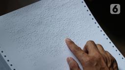 Petugas memeriksa Alquran braille yang diproduksi di Yayasan Raudlatul Makfufin (Taman Tunanetra) Buaran, Kota Tangerang Selatan, Jumat (23/4/2021). Dalam kesehariannya, yayasan tersebut dapat memproduksi 5 Alquran braille dengan penyebaran hingga ke luar negeri. (Liputan6.com/Angga Yuniar)