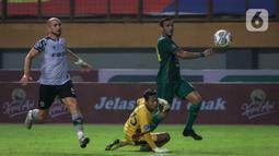 Penyerang Persebaya Surabaya, Jose Wilkson Teixeira Rocha (kanan) saat mencetak gol ketiga timnya ke gawang Persikabo 1973 pada pekan kedua BRI Liga 1 2021/2022 di Stadion Wibawa Mukti, Cikarang, Sabtu (11/09/2021). Persebaya menang atas Persikabo 1973 dengan skor 3-1. (Bola.com/Bagaskara Lazuardi)