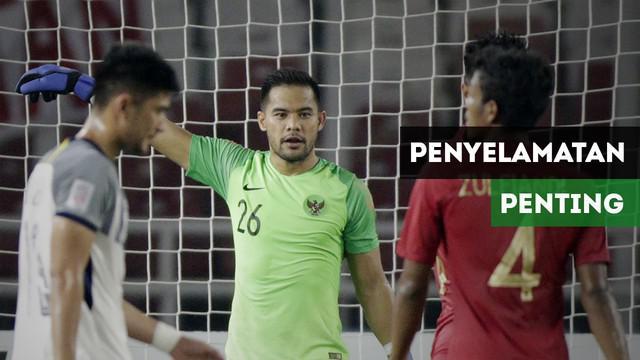 Kiper Timnas Indonesia, Andritany Ardhiyasa membuat tiga penyelamatan penting saat bermain imbang 0-0 menghadapi Filipina di Piala AFF 2018.
