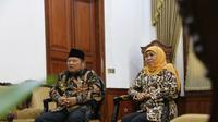 Bupati Sidoarjo Saiful Ilah bersama Gubernur Jawa Timur Khofifah Indar Parawansa memaparkan langkah terkait laporan LSM soal pemakaian sampah plastik untuk produk tahu. (Foto: Liputan6.com/Dian Kurniawan)