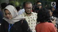 Komisioner KPU Pusat, Hasyim Asy'ari (batik) keluar usai dimintai keterangan oleh penyidik di Gedung KPK, Jakarta, Jumat (24/1/2020). Hasyim Asy'ari diperiksa sebagai saksi untuk tersangka mantan Komisioner KPU, Wahyu Setiawan. (merdeka.com/Dwi Narwoko)