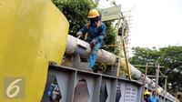 Pekerja merawat jaringan pipa gas milik Perusahaan Gas Negara (PGN) di Jakarta, Rabu (21/9/2016). (Liputan6.com/Helmi Afandi)