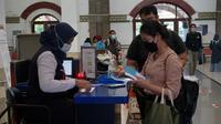 Petugas PT KAI melakukan pengecekan tiket calon penumpang yang hendak melakukan perjalanan jarak jauh. (Foto: Liputan6.com/Felek Wahyu)
